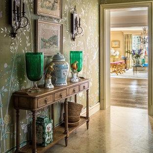 Стильный дизайн: коридор в стиле неоклассика (современная классика) с зелеными стенами и бежевым полом - последний тренд