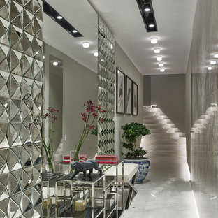 Новый формат декора квартиры: коридор в современном стиле с серыми стенами