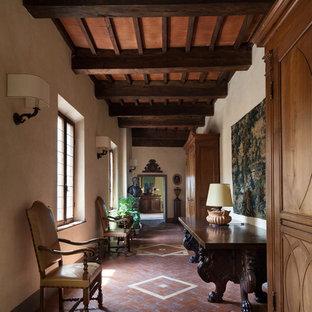 Неиссякаемый источник вдохновения для домашнего уюта: коридор в викторианском стиле с бежевыми стенами, полом из терракотовой плитки и коричневым полом