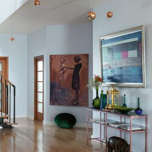 Неиссякаемый источник вдохновения для домашнего уюта: коридор в современном стиле с синими стенами, светлым паркетным полом и бежевым полом