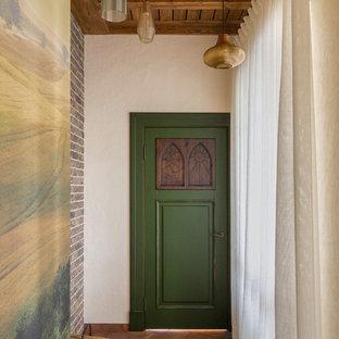 Пример оригинального дизайна: коридор среднего размера в средиземноморском стиле с бежевыми стенами, полом из керамической плитки и коричневым полом