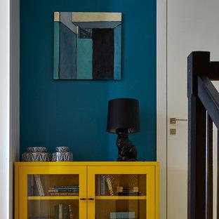 Idéer för mellanstora funkis hallar, med blå väggar, mellanmörkt trägolv och beiget golv