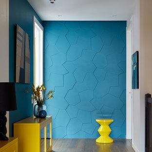 Новый формат декора квартиры: коридор среднего размера в современном стиле с синими стенами, паркетным полом среднего тона и бежевым полом