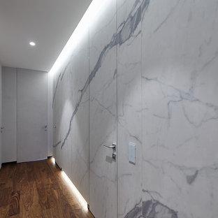 Idée de décoration pour un grand couloir design avec sol en stratifié et boiseries.