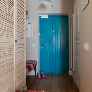 Неиссякаемый источник вдохновения для домашнего уюта: маленький коридор в стиле фьюжн с бежевыми стенами и полом из ламината