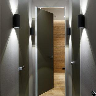 Свежая идея для дизайна: коридор в современном стиле с серыми стенами и серым полом - отличное фото интерьера
