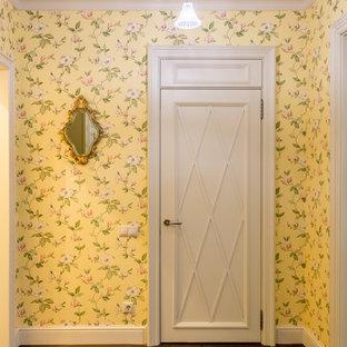 Bild på en vintage hall, med gula väggar och mörkt trägolv