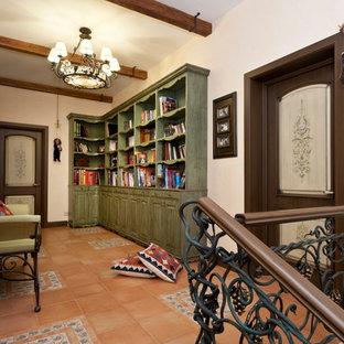 Foto på en mellanstor medelhavsstil hall, med beige väggar och klinkergolv i terrakotta
