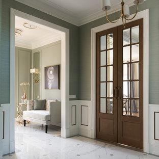 Ejemplo de recibidores y pasillos tradicionales renovados con suelo blanco y paredes grises