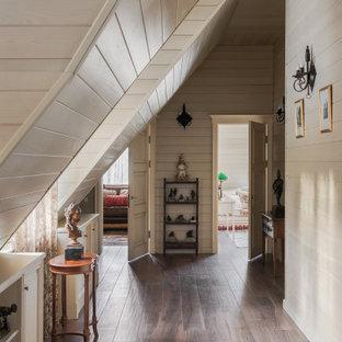 Cette photo montre un petit couloir chic avec un mur beige, un sol en carrelage de porcelaine, un sol marron, un plafond en lambris de bois et du lambris de bois.