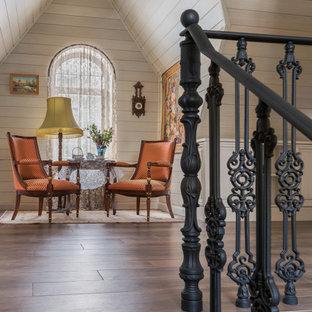 Inspiration för en liten vintage hall, med beige väggar, klinkergolv i porslin och brunt golv
