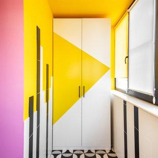 他の地域のコンテンポラリースタイルのおしゃれな廊下 (マルチカラーの壁、マルチカラーの床) の写真