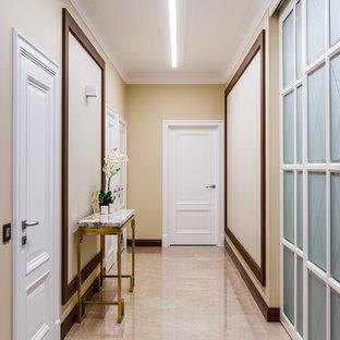 Неиссякаемый источник вдохновения для домашнего уюта: коридор в стиле современная классика с бежевыми стенами и бежевым полом