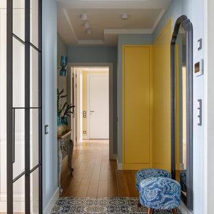 Cette photo montre un couloir chic avec un mur bleu et un plafond décaissé.
