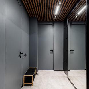 На фото: коридор среднего размера в современном стиле с серыми стенами, бежевым полом и деревянным потолком с