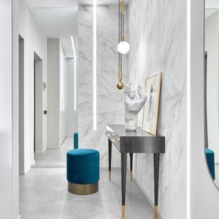 На фото: коридор среднего размера в современном стиле с белыми стенами и белым полом