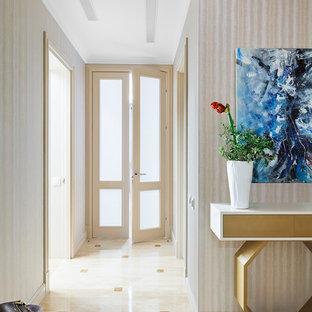 Inspiration för klassiska hallar, med beige väggar och beiget golv
