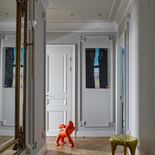 Идея дизайна: коридор в современном стиле с серыми стенами, светлым паркетным полом и коричневым полом