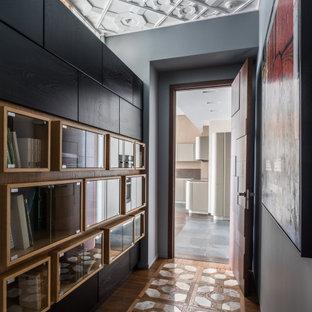 Inspiration pour un couloir design de taille moyenne avec un mur gris, un sol en marbre et un sol gris.