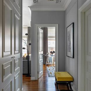Пример оригинального дизайна: коридор в стиле неоклассика (современная классика) с серыми стенами, паркетным полом среднего тона и разноцветным полом