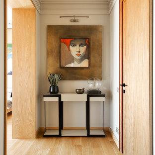Новые идеи обустройства дома: коридор в современном стиле с белыми стенами и светлым паркетным полом