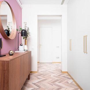 エカテリンブルクの中サイズのコンテンポラリースタイルのおしゃれな廊下 (ピンクの壁、ラミネートの床、ベージュの床) の写真
