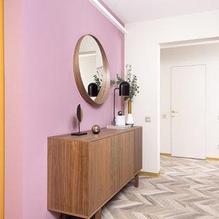 Пример оригинального дизайна интерьера: коридор среднего размера в современном стиле с розовыми стенами, полом из ламината и бежевым полом