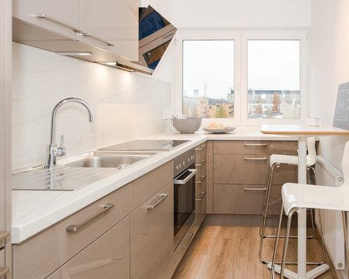 AuBergewohnlich Geschlossene, Kleine Moderne Küche Ohne Insel In L Form Mit  Einbauwaschbecken, Flächenbündigen Schrankfronten