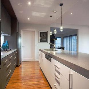 Zweizeilige, Mittelgroße Moderne Wohnküche mit Doppelwaschbecken, flächenbündigen Schrankfronten, grauen Schränken, Marmor-Arbeitsplatte und Kücheninsel in Dortmund