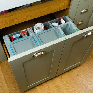 ケルンの小さいカントリー風おしゃれなキッチン (ダブルシンク、白いキッチンパネル、カラー調理設備、無垢フローリング、アイランドなし) の写真
