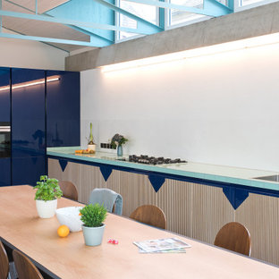 ライプツィヒのおしゃれなキッチン (淡色木目調キャビネット、タイルカウンター、テラゾーの床、緑のキッチンカウンター) の写真