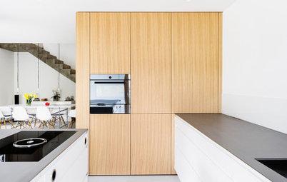 Raum im Raum: Ein Holzkubus schafft Platz in der Küche
