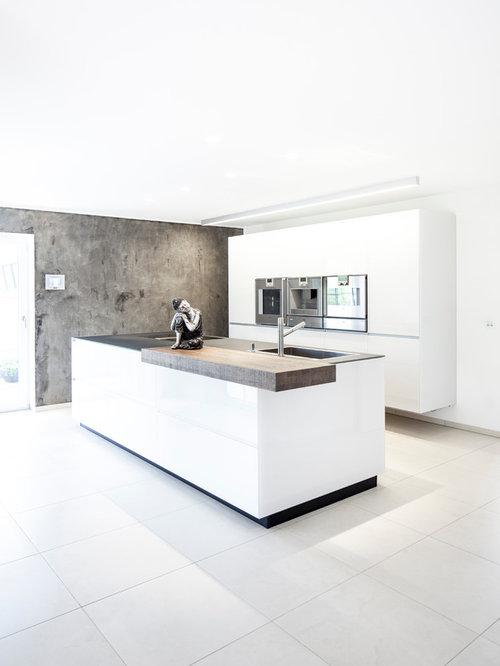 Offene Moderne Küche Mit Einbauwaschbecken, Flächenbündigen Schrankfronten, Weißen  Schränken, Küchengeräten Aus Edelstahl,