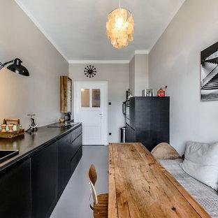 Inspiration för ett avskilt nordiskt linjärt kök, med en nedsänkt diskho, släta luckor, svarta skåp, grått stänkskydd och linoleumgolv