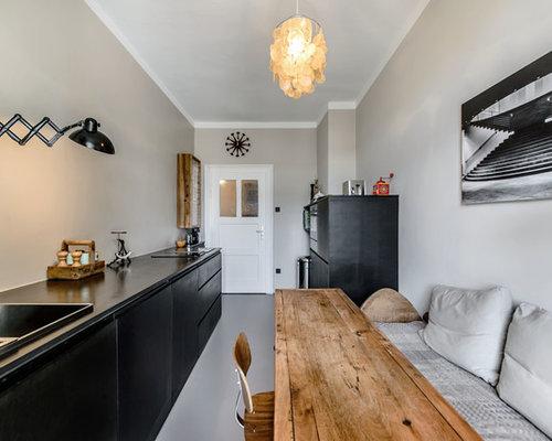 Geschlossene, Einzeilige Nordische Küche Mit Einbauwaschbecken,  Flächenbündigen Schrankfronten, Schwarzen Schränken, Küchenrückwand In