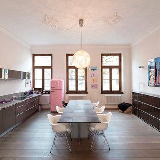 デュッセルドルフの大きいエクレクティックスタイルのおしゃれなキッチン (無垢フローリング、ドロップインシンク、フラットパネル扉のキャビネット、茶色いキャビネット、白いキッチンパネル、パネルと同色の調理設備、アイランドなし) の写真