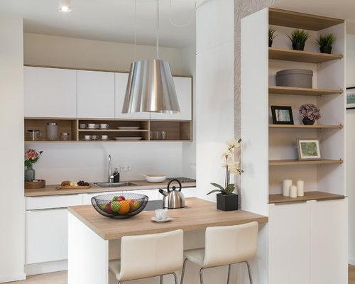 Zweizeilige, Kleine Moderne Wohnküche Mit Waschbecken, Flächenbündigen  Schrankfronten, Weißen Schränken, Arbeitsplatte Aus