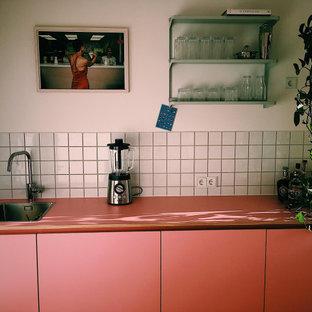 Diseño de cocina lineal, actual, pequeña, cerrada, sin isla, con salpicadero blanco y encimeras rosas