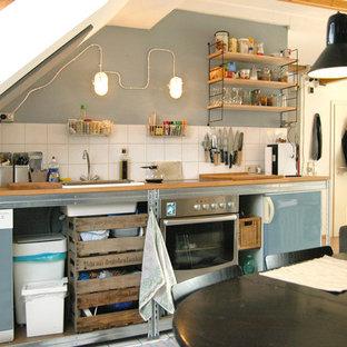 ドルトムントの中サイズのコンテンポラリースタイルのおしゃれなキッチン (ドロップインシンク、オープンシェルフ、木材カウンター、青いキッチンパネル、セラミックタイルのキッチンパネル、シルバーの調理設備の、アイランドなし) の写真