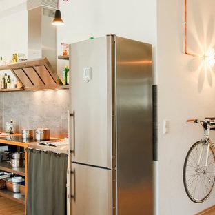 Einzeilige, Offene, Kleine Industrial Küche ohne Insel mit offenen Schränken, Arbeitsplatte aus Holz, Küchengeräten aus Edelstahl, Einbauwaschbecken, hellbraunen Holzschränken, Küchenrückwand in Grau und braunem Holzboden in Köln