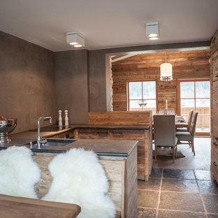Lieblich Offene, Mittelgroße Urige Küche Ohne Insel In U Form Mit Integriertem  Waschbecken, Flächenbündigen