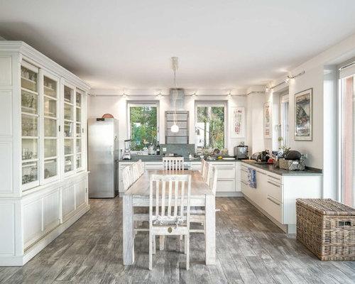 Offene, Große Mediterrane Küche Ohne Insel In U Form Mit Flächenbündigen  Schrankfronten, Weißen