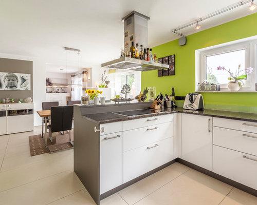 Offene, Mittelgroße Moderne Küche In L Form Mit Flächenbündigen  Schrankfronten, Weißen Schränken,