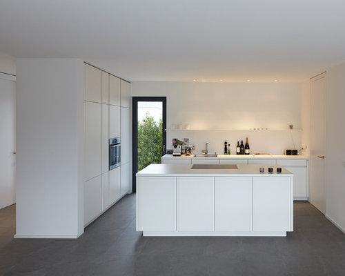 Glas für küchenrückwand  Küche mit weißen Schränken und Schieferboden - Ideen & Bilder