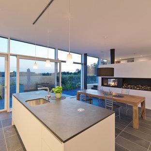 Idee per una grande cucina ad ambiente unico moderna con isola, lavello sottopiano, ante lisce e ante bianche