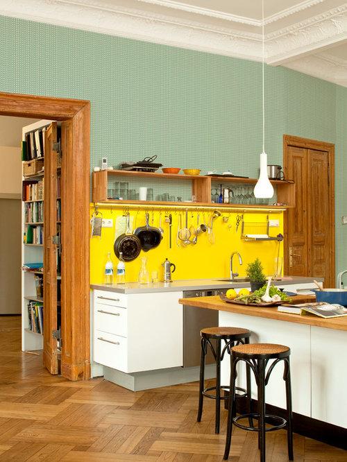 Offene, Große Stilmix Küche Mit Flächenbündigen Schrankfronten, Weißen  Schränken, Küchenrückwand In Gelb,