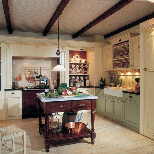Mittelgroße Landhausstil Küche In L Form Mit Landhausspüle,  Kassettenfronten, Grünen Schränken, Arbeitsplatte