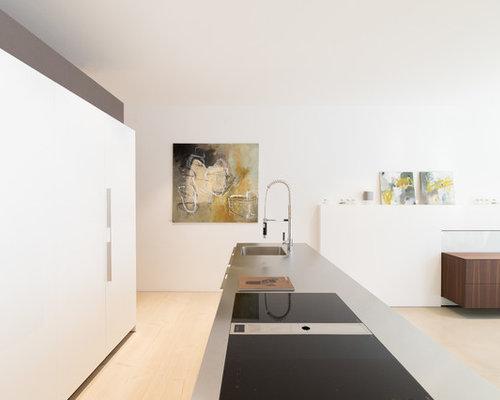 Küchen Mit Edelstahl-Arbeitsplatte Und Integriertem Waschbecken