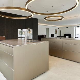 Offene, Große Moderne Küche in U-Form mit integriertem Waschbecken, flächenbündigen Schrankfronten, braunen Schränken, Küchengeräten aus Edelstahl, Betonboden, zwei Kücheninseln und beigem Boden in München