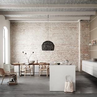Große Moderne Küche mit flächenbündigen Schrankfronten, weißen Schränken, Laminat-Arbeitsplatte, Kücheninsel, Küchenrückwand in Metallic, Rückwand aus Keramikfliesen und dunklem Holzboden in Berlin